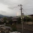 台風の後山にかかる虹