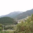 秋の山の畑と高速道路