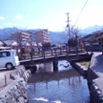 2月の晴れた日の水辺のほとりで