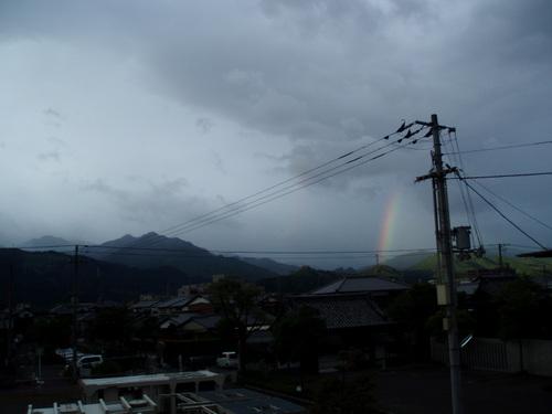 台風のあと山にかかる虹