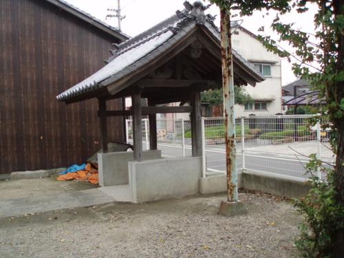 秋の街中の神社